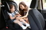 Nehmen Kraftfahrer Kinder unter 12 Jahren mit, muss im LKW ein Kindersitz installiert sein.