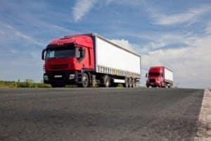 Auf einem LKW wird der Mitnahmestapler meist am Heck transportiert.