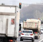 LKW an roter Ampel im Stadtverkehr