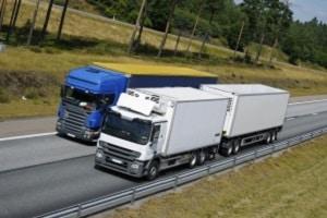 Gerade Lkw sollten einen ausreichenden Seitenabstand beachten.