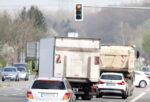 Lkw steht vor Ampel