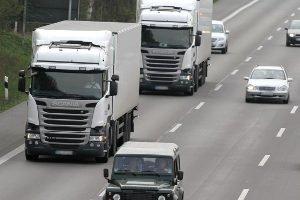 Luftverschmutzung ensteht auch durch die Abgase im Straßenverkehr.