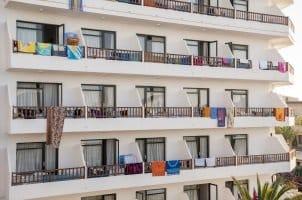Auf Mallorca ist ein Bußgeld in Zukunft auch beim Balconing teurer. Wer klettert oder vom Balkon in Pools springt, muss zahlen.