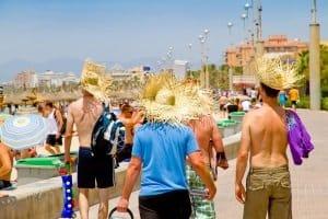 Auf Mallorca droht ein Bussgeld zukünftig, wenn nackte Oberkörper außerhalb der ersten Strandreihe gezeigt werden.