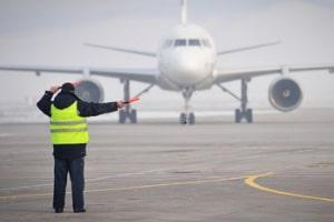 Ein Maskenpflicht im Flugzeug könnte bei der Wiederaufnahme des Flugbetriebs gelten.