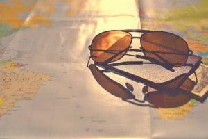 Problematisch: Die Maskenpflicht im Auto kann gleichzeitig ein Sonnenbrillenverbot für Fahrer bedeuten.