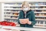Lange umstritten, ist die Maskenpflicht im Einzelhandel nur Realität.