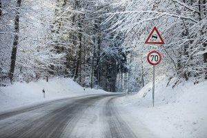 Mietrecht: Das Schneeräumen der Gehwege im Winter kann auch der Mieter übernehmen.