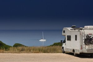 Mit dem Mietwagen Faro und Umgebung erkunden. Auch ein Wohnmobil kann gemietet werden.