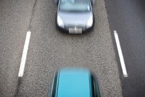 Das Mindesttempo auf der Autobahn ist u. a. in der Schweiz auch beim Überholen wichtig.
