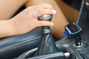 Dürfen Sie mit einem Automatik-Führerschein Wagen mit Schaltgetriebe fahren?