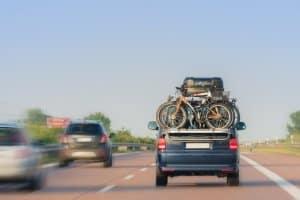Welche Vorschriften sind wichtig, wenn Sie mit dem Auto nach Lettland fahren?