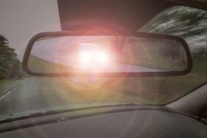 Bei Dunkelheit dürfen Sie nicht mit Standlicht fahren – mit Fernlicht übrigens auch nicht, wenn Sie jemanden dadurch behindern.