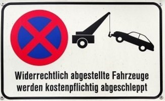 Unter Umständen kann ein mobiles Parkverbot teuer werden, denn die Abschleppkosten trägt der Verkehrssünder.