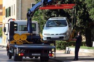 Im Rahmen der Mobilitätsgarantie werden oft auch Kosten für das Abschleppen eines Autos übernommen.