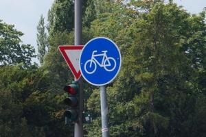 Darf man mit dem Mofa auf dem Fahrradweg fahren?