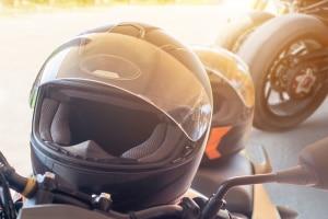 Wer auf dem Moped beim Fahren ohne Helm erwischt wird, muss mit Sanktionen rechnen.