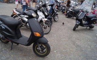 Ein Roller bzw. ein Motorrad muss rotes Licht nach hinten ausstrahlen.