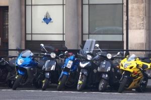 Wo dürfen Sie gemäß den geltenden Verkehrsregeln Ihr Motorrad parken?