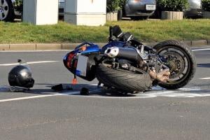 Wenn Sie bei einem Unfall mit dem Motorrad keine Schutzkleidung tragen, kann Ihnen das Gericht möglicherweise eine Teilschuld zusprechen.