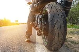 Mit Motorrad im Stau: Auch bei Hitze ist der Standstreifen tabu.