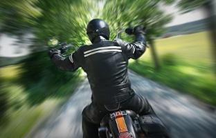 Nicht immer herrscht Frühlingswetter: Manchmal ist Motorradfahren auch im Winter notwendig.