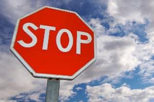 Anzeichen für Müdigkeit beim Autofahren sind Warnsignale des Körpers.