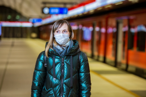 Sie können in der Öffentlichkeit ruhig einen Mundschutz tragen. Ein Vermummungsverbot gibt es nur bei Versammlungen.