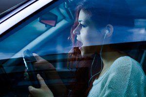 Vergnügt Musik hören: Beim Fahrradfahren wie beim Autofahren ist das erlaubt, solange die Lautstärke angemessen bleibt.