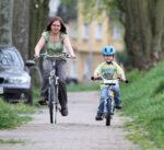 Mutter fährt mit Kind Fahrrad