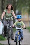 Mutter mit Kind auf Fahrrad in Nahaufnahme
