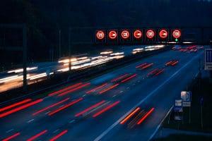 Nachts Auto zu fahren, birgt Risiken.