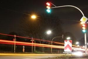 Ein Nachtsichtassistent kann Hindernisse auf der Fahrbahn sichtbar machen, bevor die Scheinwerfer sie beleuchten.