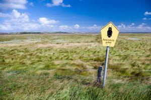 Naturschutzgebiete sind in Deutschland durch die Naturschutzeule gekennzeichnet