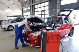 Neuwagen kaufen im Autohaus - Reparatur