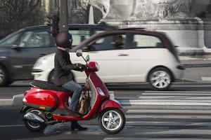 Sie dürfen nicht ohne Führerschein mit einem Roller fahren.