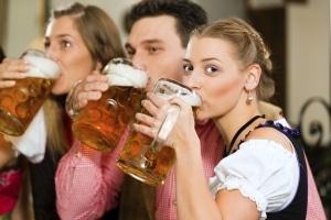 Oktoberfestbesucher trinken auf dem Oktoberfest aus Maßkrügen