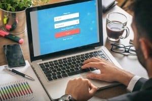 Wer online eine Anzeige erstatten möchte, kann diese Möglichkeit vor allem für Diebstahl und Sachbeschädigung nutzen.