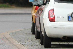 Häufige Ordnungswidrigkeit: Das Parken auf dem Gehweg ist oft verboten.