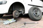 Nach einer Panne: Den Reifen selber zu wechseln ist gar nicht so einfach.