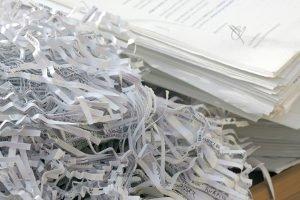 Paragraph 35 BDSG schreibt nicht nur eine Löschung von elektronischen Daten vor, sondern auch von entsprechenden Informationen in Papierform.