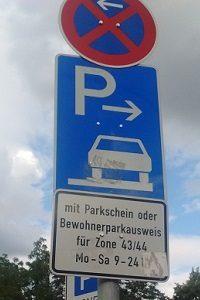 Das Parken auf dem Anwohnerparkplatz wird durch Verkehrszeichen geregelt.