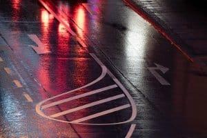 Das Fahren und Parken auf einer Sperrfläche gilt als verboten – aber wie sieht es für Fußgänger aus?