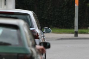 Das Parken gegenüber einer Grundstückseinfahrt ist dann verboten, wenn nur ein schmaler Fahrstreifen übrig bleibt.