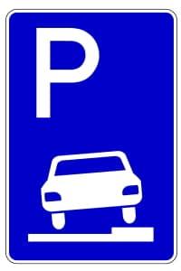 Auf dem Gehweg ist das Parken mit dem Motorrad eigentlich nur bei diesem Zeichen erlaubt.