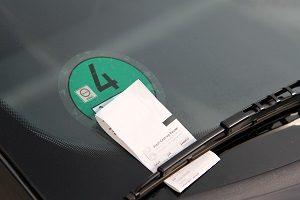 Bußgeld fürs Parken: Wer verbotswidrig auf dem Gehweg parkt, muss mit einem Knöllchen rechnen.