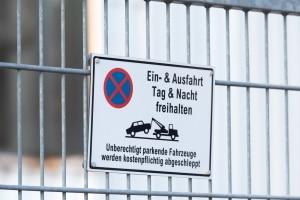 Parken vor Grundstückseinfahrten: Das Abschleppen kann teuer werden.