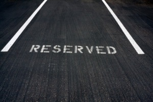 Parkerleichterungen für Behinderte gelten mit dem blauen Parkausweis teilweise auch EU-weit.