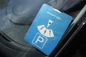 Auf einem Parkplatz nur für Kunden ist häufig eine Parkscheibe vorgeschrieben.
