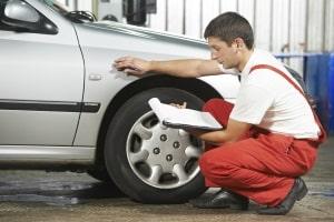 Die Parkschadenversicherung übernimmt die Beseitigung kleiner Schäden mittels Smart-Repair.